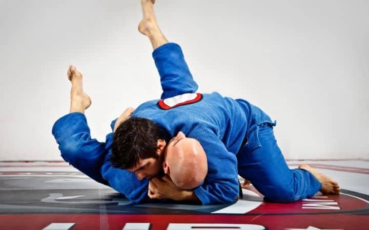 Two practitioners of Jiu Jitsu doing the Ezekiel choke | Jiu Jitsu Legacy